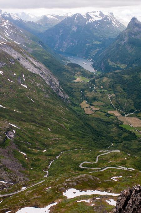 Vistas del fiordo de Geiranger desde 1.500 metros. Fijaros en la carreterita que sube...