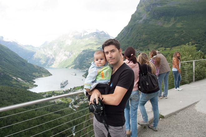 Con mi hijo pequeño en uno de los miradores de Geiranger