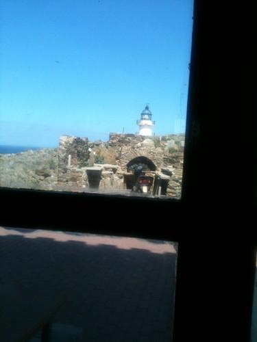 Vista del faro de Cap de Creus desde nuestra mesa