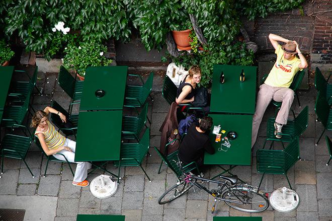 Jóvenes en un bar de Viena
