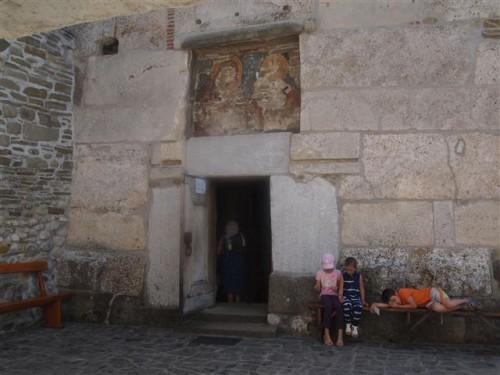 Entrada de la iglesia de Densus