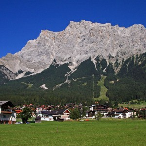 Zugspitze con Garmisch en sus pies (source: Wikipedia)