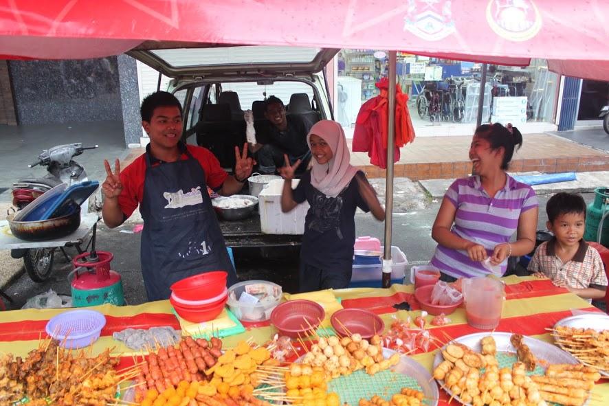 Pásandolo bien en un mercadillo de comida de Kuala Lumpur