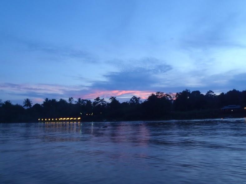 Navegando por la noche por Kinabatangan
