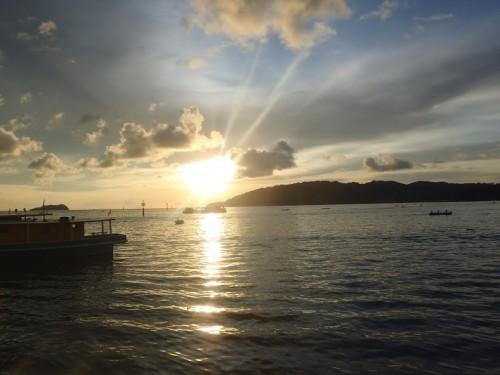 Puesta de sol desde el puerto de Kota Kinabalu