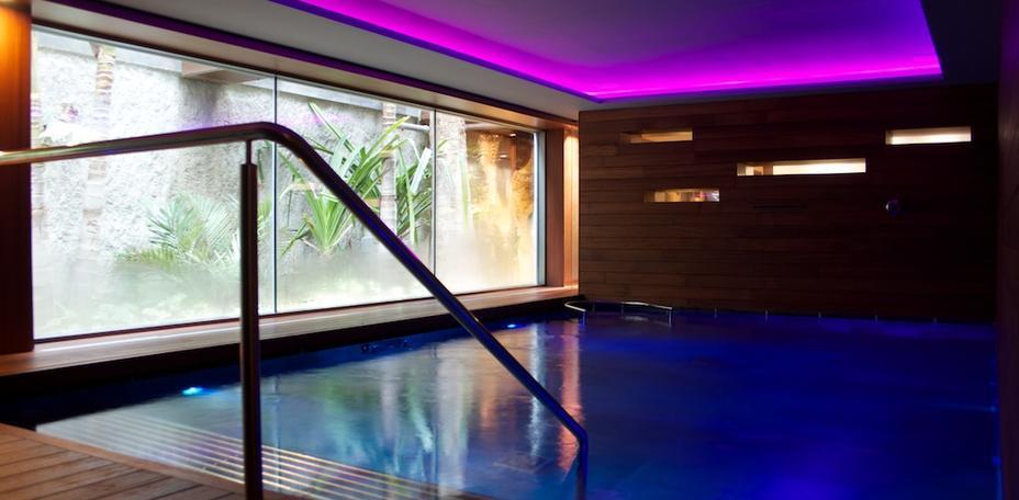 Piscina circuito hidroterapia en el Hostel Spa de Sitges