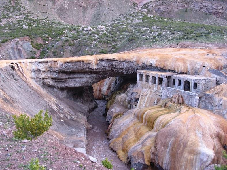 El Puente del Inca cerca del Aconcagua en Argentina
