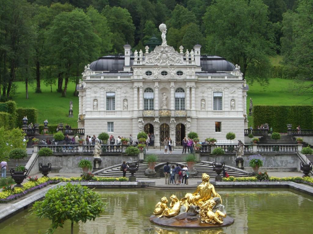 Entrada principal del palacio de Linderhoff