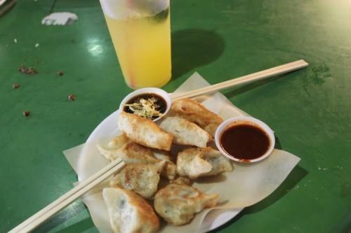 Comiendo Dumplings en el mercadillo de Singapur