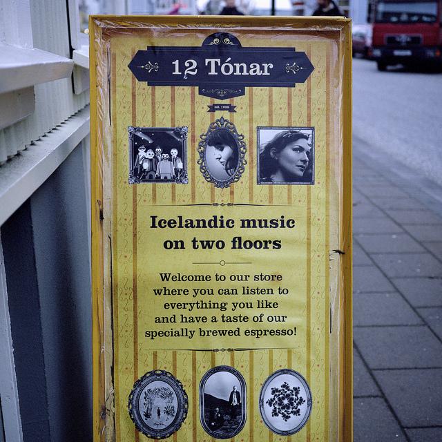 Cartel de la famosa tienda de discos 12 Tónar