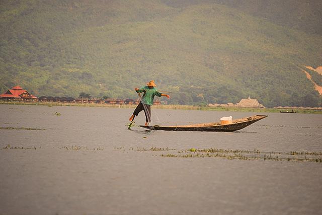 En el lago Inle, los pescadores reman con el pie