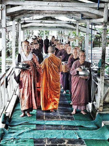 Las monjas forman fila para recibir su comida