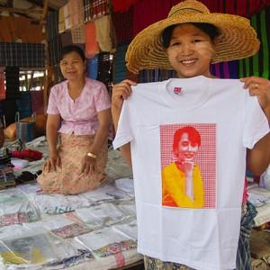 Con la estampa de Aung Sang Su Kyi