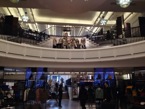 Interior de la tienda de Burberry en Londres @3viajes