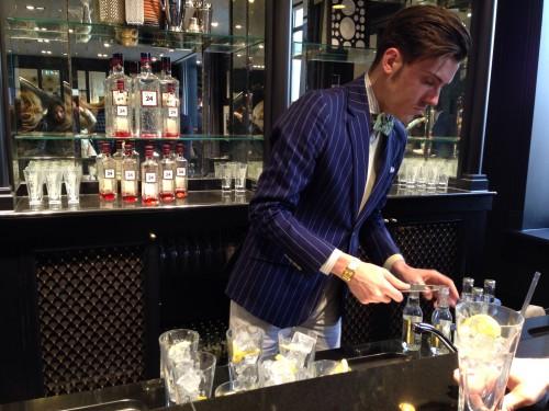 Camarero en la barra de gintonics en Hackett @3viajes