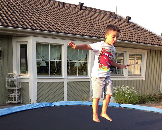 Camas elásticas en las casas del sur de Suecia