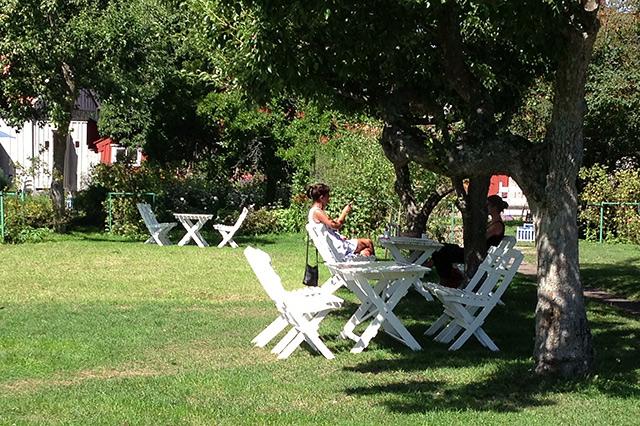 Disfrutando de un fika al aire libre en Krusenstiernska Gården