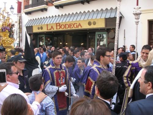 Paso enfrente de la Bodega de la Alfalfa en Sevilla