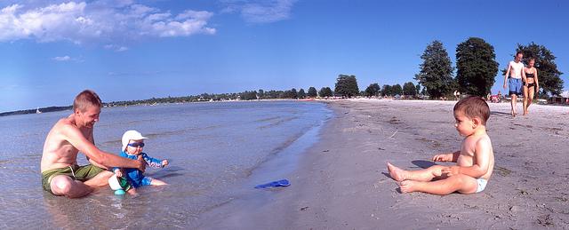 Mi hijo Nico (dcha.), 'suecializando' en la playa de Köping