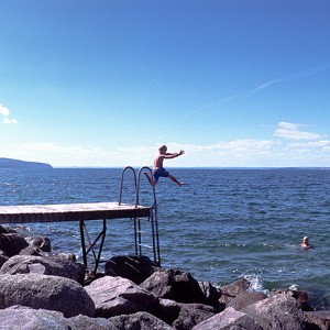 Saltando en uno de los muelles de la playa de Gränna