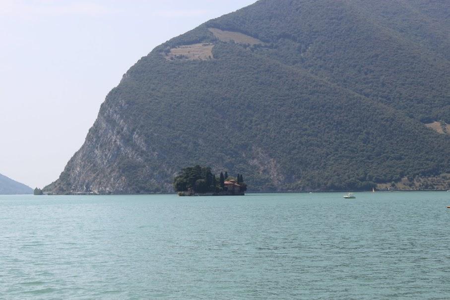 Vistas de la isla Loretto del Lago Iseo