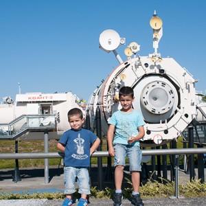 Eric y Nicolás posando -más o menos- delante de la Estación Espacial MIR
