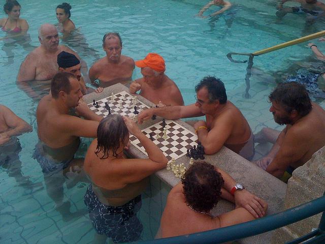 Jugando al ajedrez en las piscinas del Széchenyi