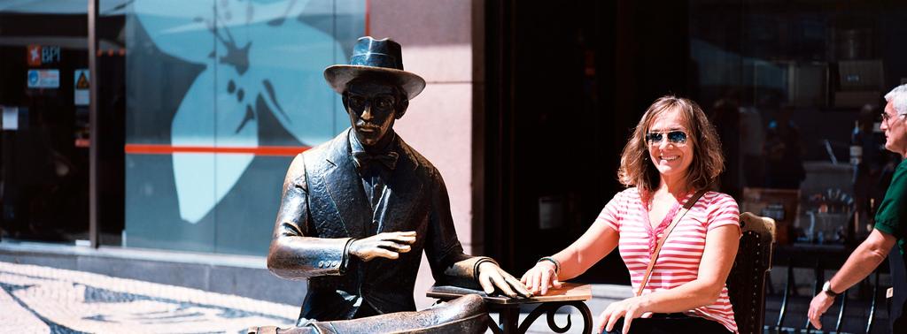 Estatua de Fernando Pessoa en Lisboa, Café A Brasileira