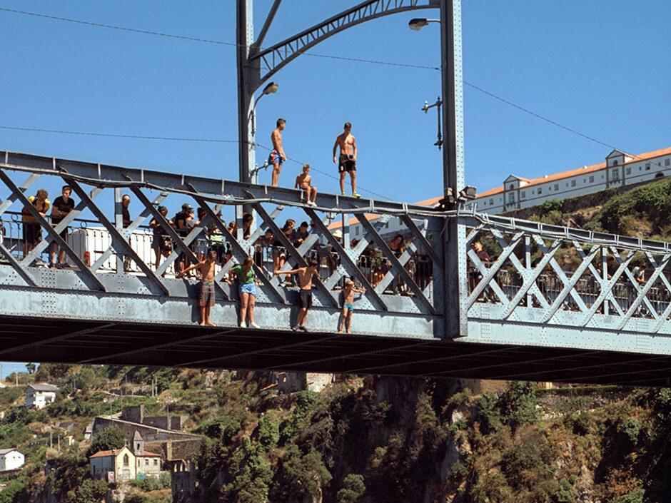 Saltando desde el puente Luis I de Oporto