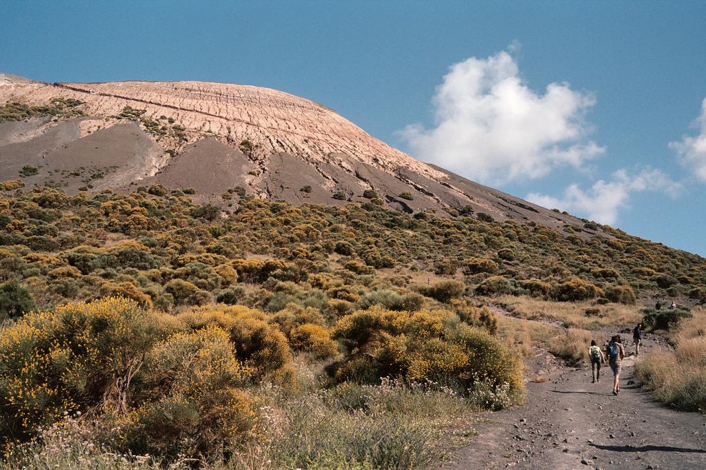 Ascendiendo al cráter de La Fossa Vulcano