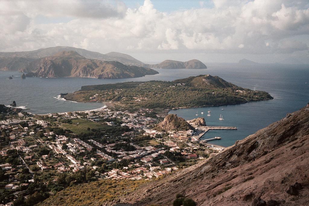 Vistas de Vulcanello y Vulcano Porto desde el volcán