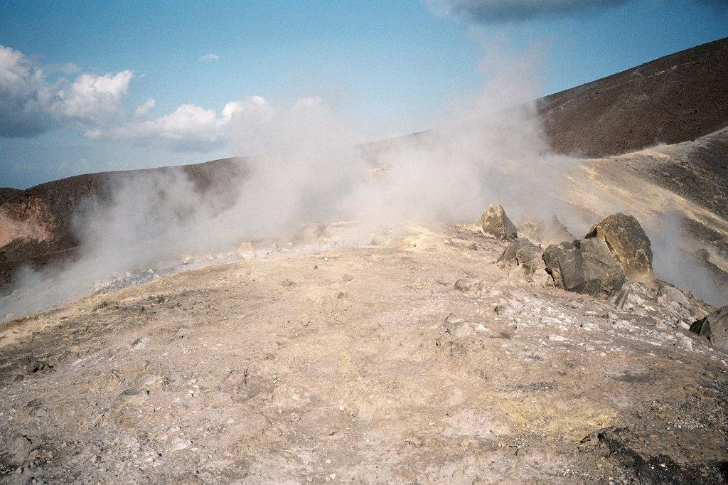 Gases emanando del cráter la Fossa de Vulcano
