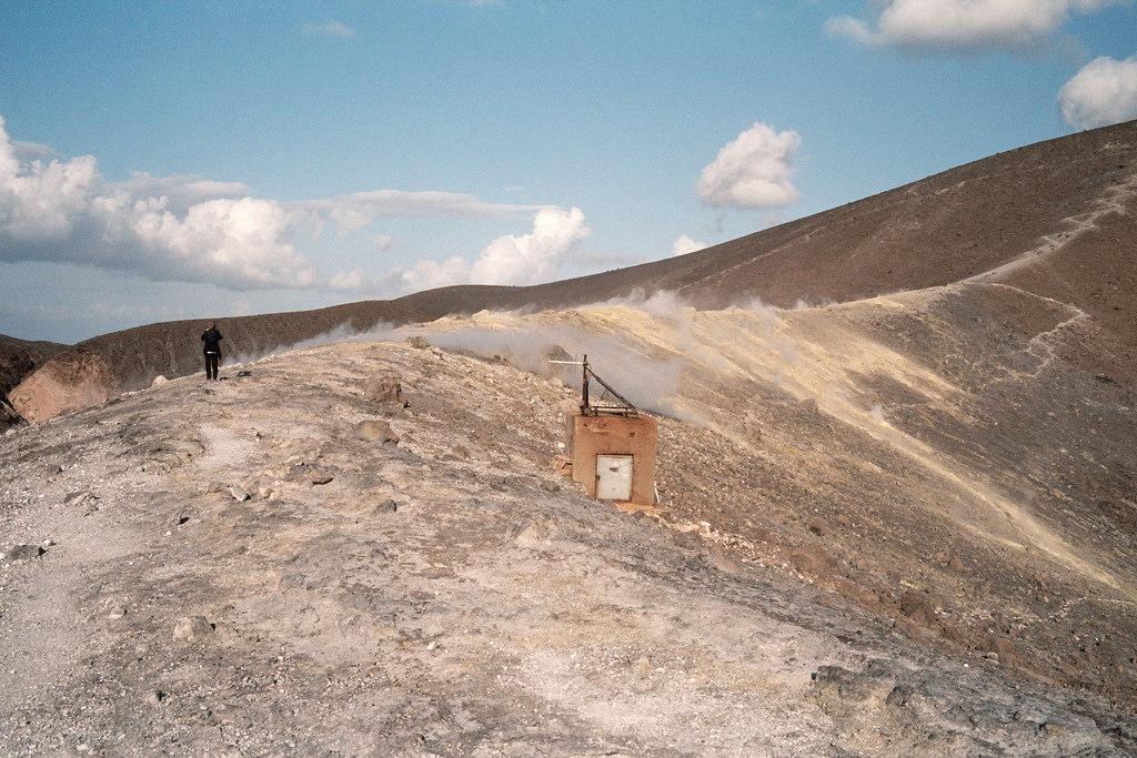 Artilugios de medición de actividad volcánica en lo alto de La Fossa Vulcano