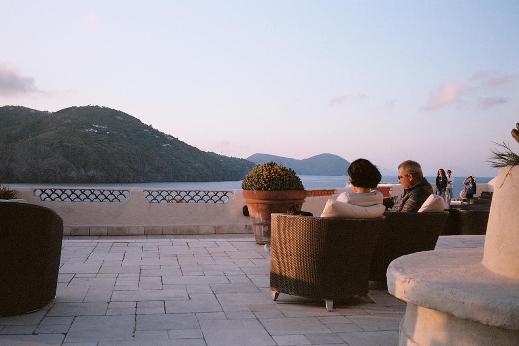 Atardecer en la terraza del Therasia resort