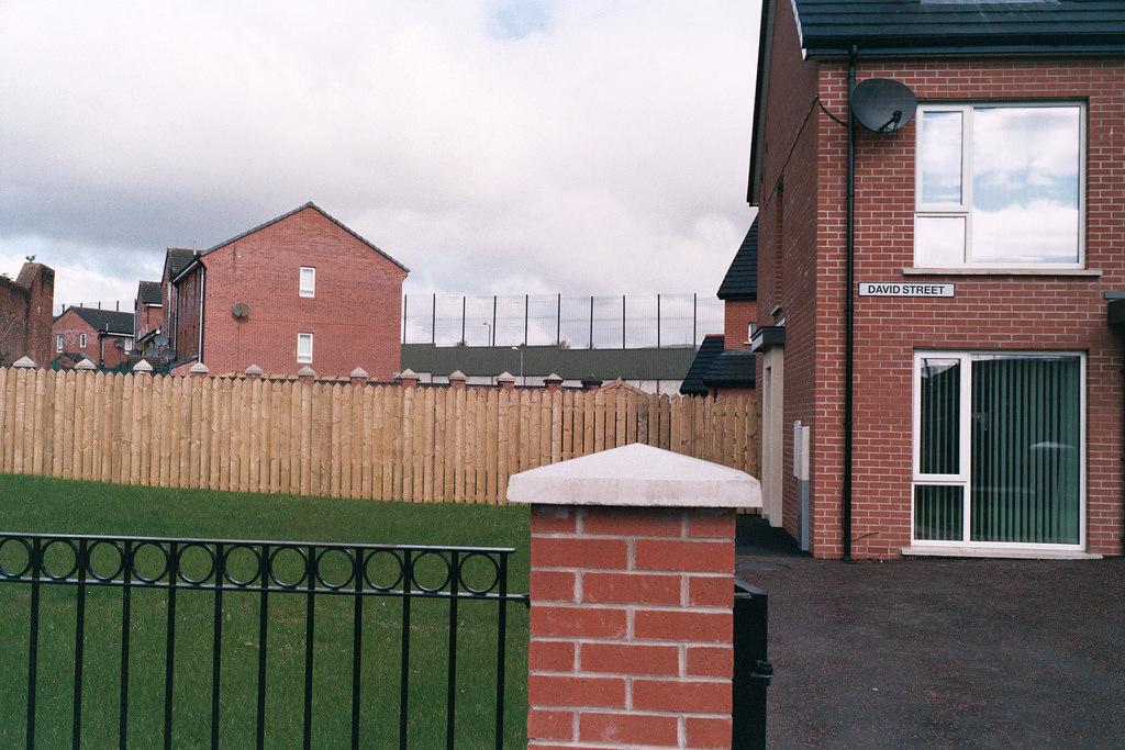 Muro en Belfast, al fondo