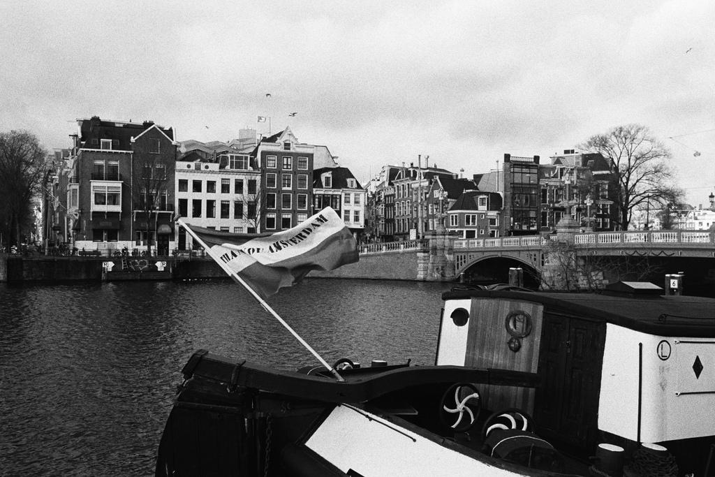 Barcos en los canales de Amsterdam